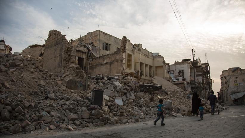 Syrien: Eine Familie in der zerstörten nordsyrischen Stadt Aleppo