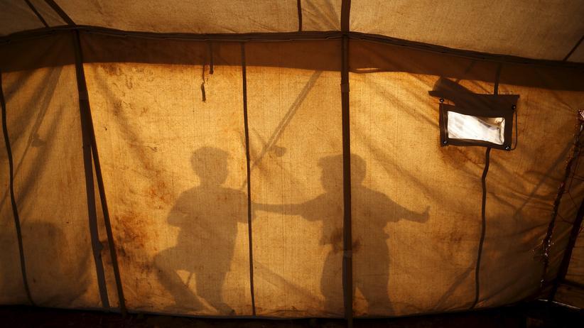Flüchtlingspolitik: Flüchtlingskinder werfen ihre Schatten auf ein Zelt nahe der griechisch-mazedonischen Grenze bei Idomeni.