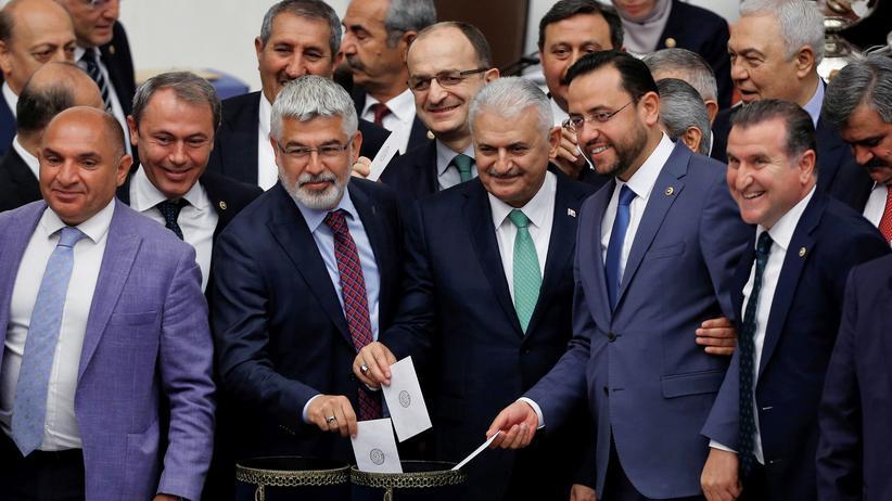 Türkei: Binali Yıldırım bei der Abstimmung im türkischen Parlament