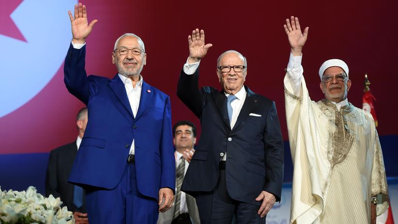 Tunesien: Der tunesische Präsident Béji Caïd Essebsi (Mitte), der Anführer der Ennahda Partei Rachid Ghannouchi (links) und Vizepräsident Abdelfattah Mourou (rechts) auf dem Parteitag