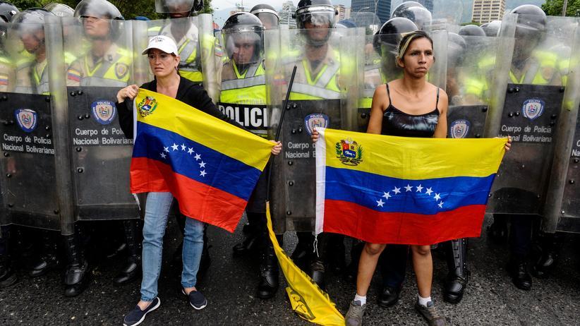 Venezuela: Soldaten der venezolanischen Nationalgarde halten regierungskritische Demonstranten am 11. Mai vom Nationalen Wahlrat fern, wo sie um Maduros Absetzung bitten wollen.