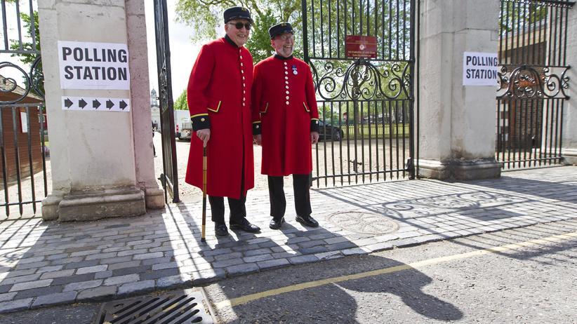 Brexit: Britische Pensionisten an einer Wahlstation in London