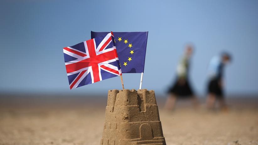 Sandburg mit Flaggen von Großbritannien und der Europäischen Union