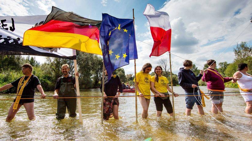 Deutsch-polnischer Protest in der Neiße gegen die Erweiterung eines nahe gelegenen Kohletagebaus
