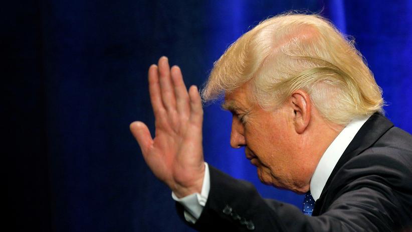 US-Wahl: Donald Trump verabschiedet sich nach einem Wahlkampfauftritt in New Hampshire.
