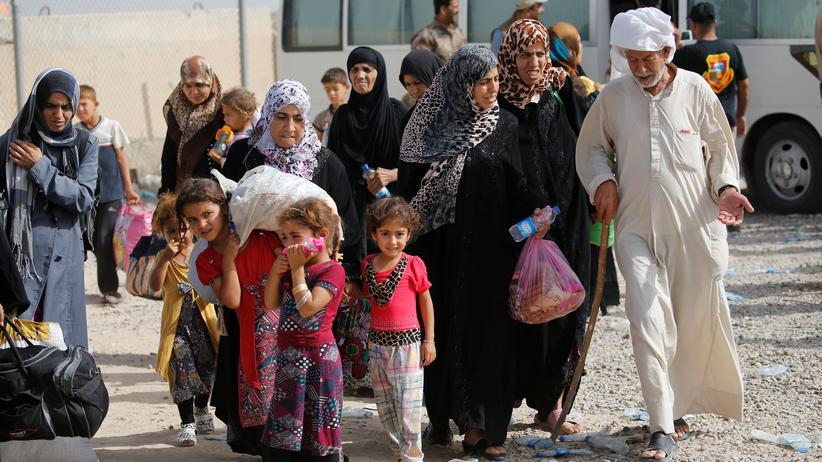 Falludscha: Sie haben sich aus dem umkämpften Falludscha gerettet. Die irakische Armee bringt sie in ein Flüchlingslager südlich der Stadt.