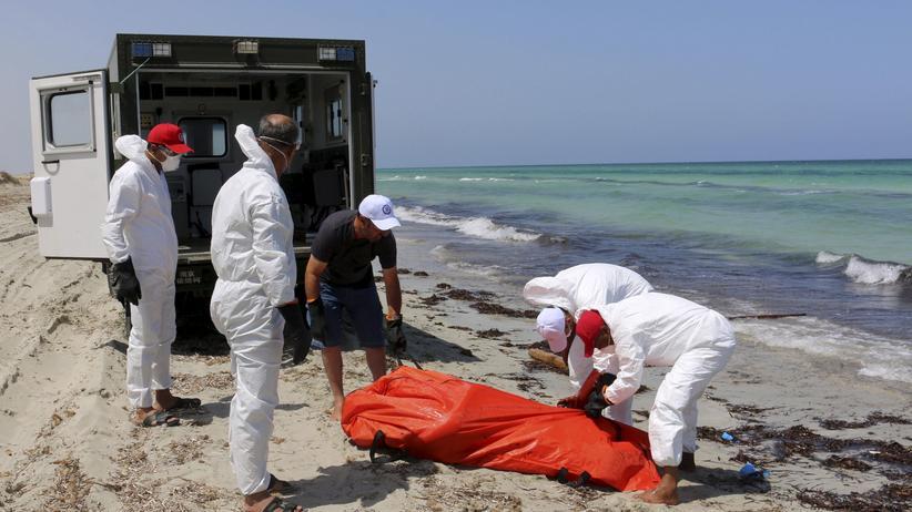 Helfer bergen einen ertrunkenen Flüchtling an der libyschen Küste