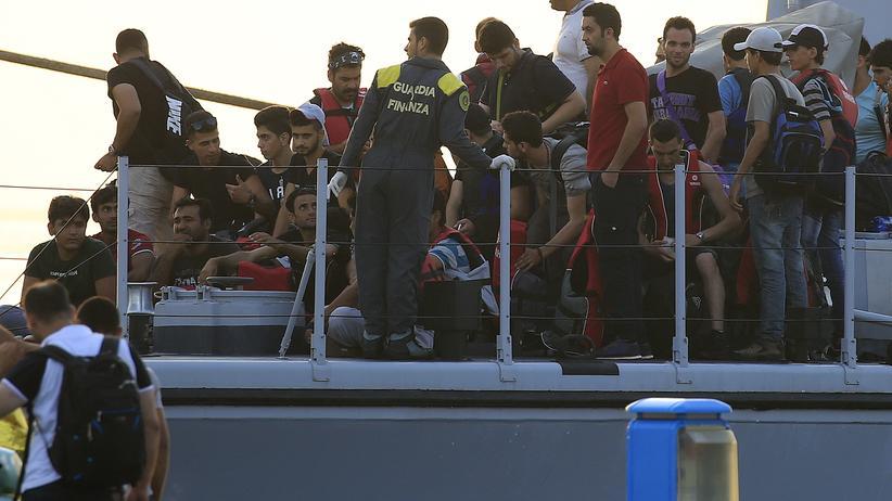 Gerettete Flüchtlinge auf einem Schiff der italienischen Küstenwache