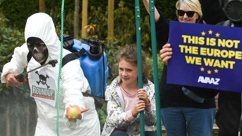 Unkrautvernichter: Aktivisten der Organisation Avaaz demonstrieren in Brüssel als Glyphosat-Sprayer verkleidet gegen den Einsatz des Unkrautvernichtungsmittels (Bild vom 18. Mai)