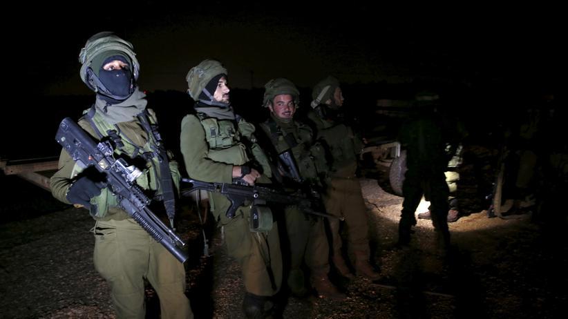 Israelische Soldaten patrouillieren in der Nacht.
