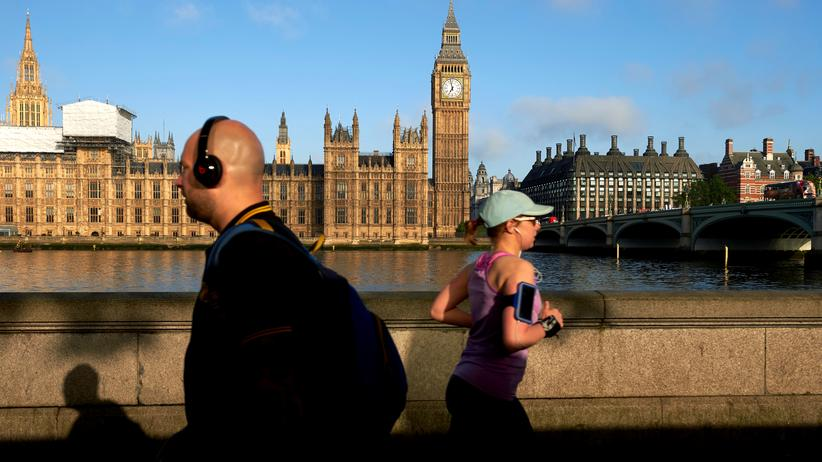 EU-Ausstieg: Passanten am Ufer gegenüber des Houses of Parliament in London
