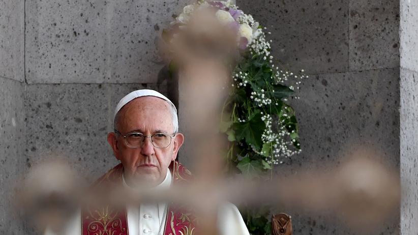 Papst Franziskus : Papst Franziskus vor einer Kathedrale in der armenischen Hauptstadt Jerewan