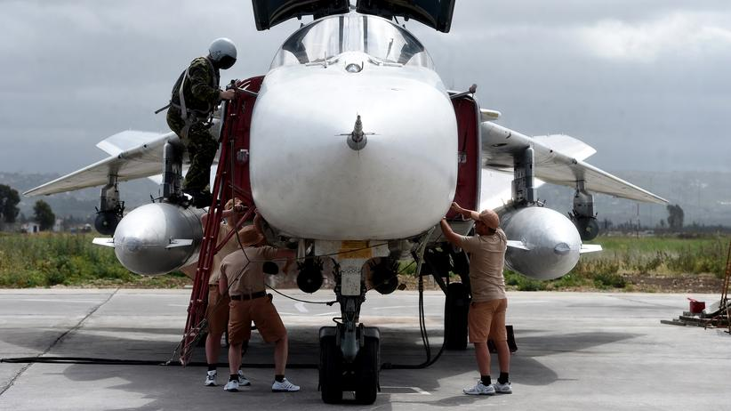 Russland: Russian servicemen prepare an SU-24 fighter jet for a mission from the Russian Hmeimim military base in Latakia province, in the northwest of Syria on May 4, 2016. Syria's conflict erupted in 2011 after anti-government protests were put down. Fighting quickly escalated into a multi-faceted war that has killed more than 270,000 people and forced millions from their homes. / AFP / Vasily Maximov / MOY (Photo credit should read VASILY MAXIMOV/AFP/Getty Images)