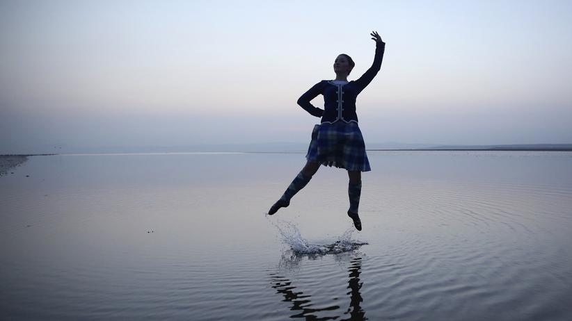 Brexit: Die schottische Volkstänzerin Mairie McGillivray, 18 – hier auf dem Strand von Bridgend – hat schon beim ersten Referendum für die Unabhängigkeit Schottlands gestimmt.