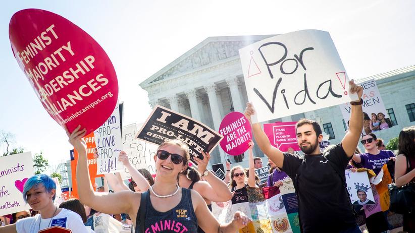 USA: Vor dem Urteil zum texanischen Abtreibungsgesetz: Aktivisten beider Lager demonstrieren vor dem Gebäude des Supreme Courts in Washington, D. C.