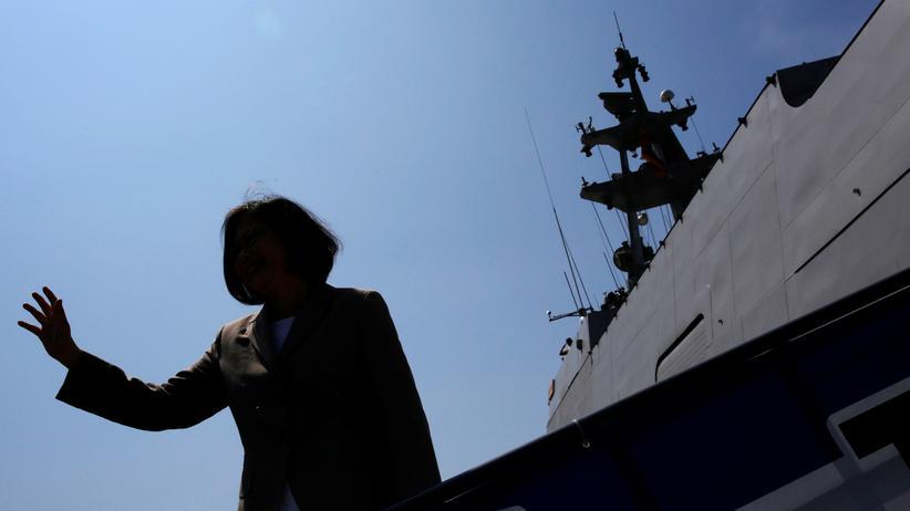 Tsai Ing-wen: Die neue Präsidentin von Taiwan, Tsai Ing-wen, winkt beim Betreten eines Schiffes.