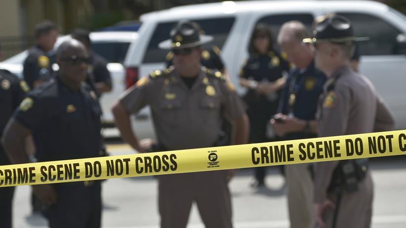 Terrorismus: Polizisten am Tatort in Orlando