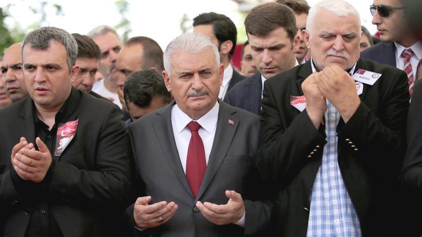 Türkei: Der türkische Ministerpräsident Binali Yıldırım (Mitte) auf der Trauerfeier für die Opfer des Anschlags in Istanbul