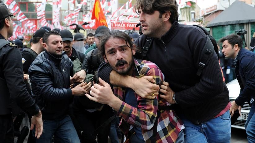 Türkei: Ein Polizist in Zivil nimmt einen Mann fest, der auf dem Taksim-Platz am Gezi-Park zum Tag der Arbeit am 1. Mai 2016 demonstrieren wollte; seit den Gezi-Protesten 2013 herrscht dort Demonstrationsverbot.