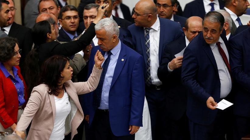 Türkei: Abgeordnete der prokurdischen Partei HDP und der regierenden AKP gerieten nach dem Parlamentsbeschluss Ende Mai 2016 aneinander.