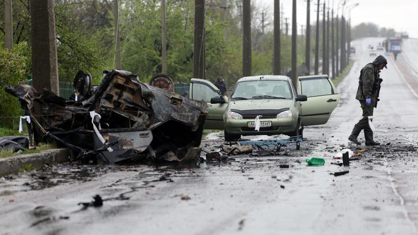 Ukraine-Krieg: Zerstörte Autos nach einer Explosion an einem von Rebellen kontrollierten Checkpoint in Olenivka in der Ostukraine