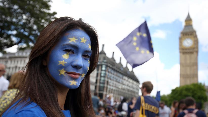 Eine Frau in London protestiert gegen den Brexit.