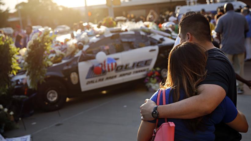 Ein Heckenschütze hat bei einer Demonstration der Black-Lives-Matter-Bewegung fünf Polizisten erschossen.