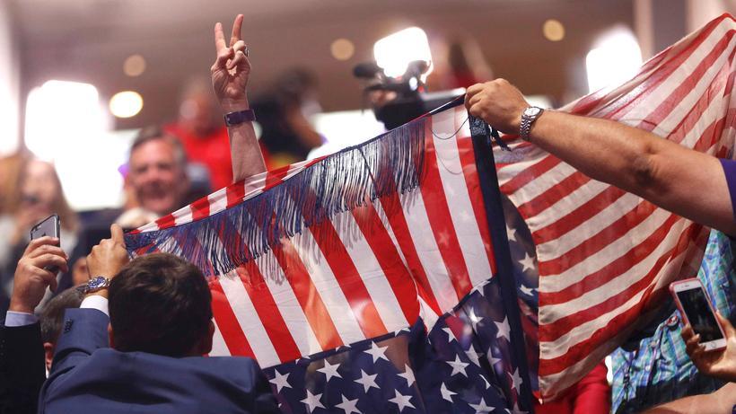 Polarisierung: Anhänger von Donald Trump wehren sich gegen protestierende Gegner des republikanischen Präsidentschaftskandidaten.