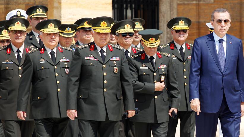 Machtkampf in der Türkei: Archivbild aus dem Jahr 2011. Präsident Tayyip Erdogan zusammen mit dem damaligen Leiter des Generalstabes, General Necdet Ozel und anderen Generälen.