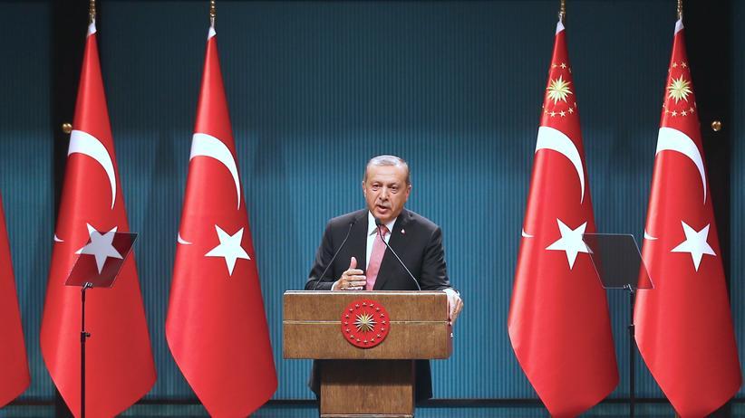 Türkei: Nicht aufzuhalten? Der türkische Präsident Erdoğan erklärt den Beschluss des Ausnahmezustands in Ankara.