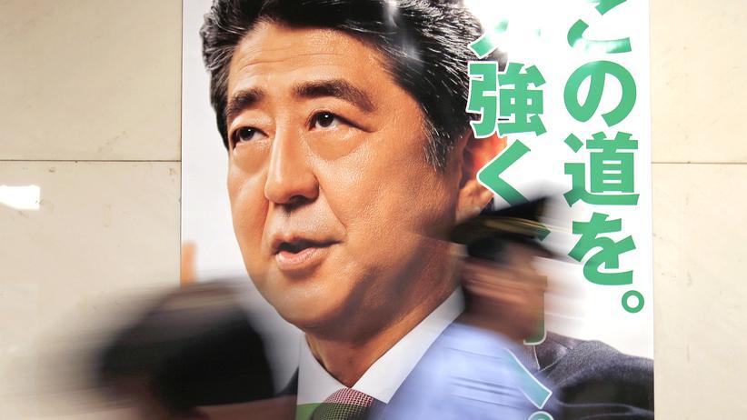 Japan: Wahlkampfplakat mit Foto von Shinzo Abe