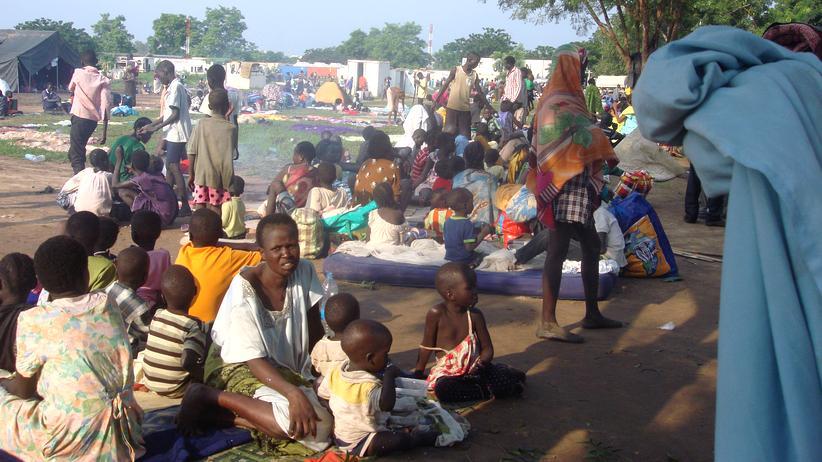 Evakuierung: Familien sitzen im Südsudan in einem Camp der Vereinten Nationen.