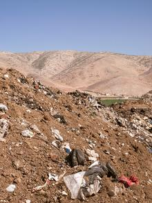 Auf der Deponie im libanesischen Bar Elias ist der Müll kaum noch unterzubringen: Zehntausende bleiben nach ihrer Flucht aus dem nahen Syrien in der (zuvor) kleinen Gemeinde.