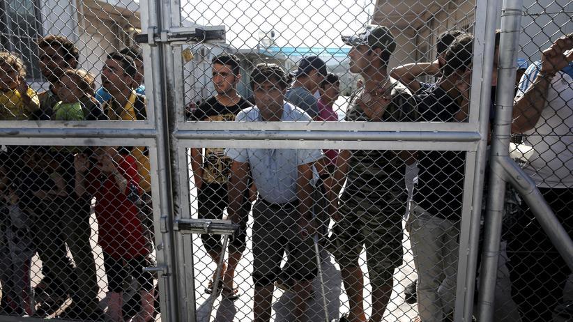 Gerald Knaus: Flüchtlinge, die das Lager oria auf der griechischen Insel Lesbos verlassen wollen, stehen vor dem verschlossenen Tor. Sie sollen in die 'Türkei zurückgebracht werden.