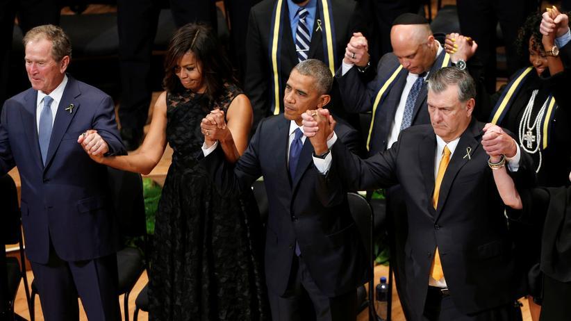 Barack Obama: US-Präsident Barack Obama gemeinsam mit dem ehemaligen Präsidenten George W. Bush (links), der First Lady Michelle Obama und dem Bürgermeister von Dallas, Mike Rawlings (rechts) bei einer Gedenkfeier für die getöteten Polizisten