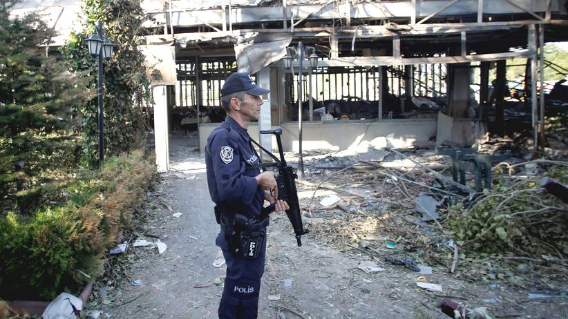 Ein Polizist steht vor dem Polizeigebäude in Ankara, dass während des Putschversuchs zerstört wurde.