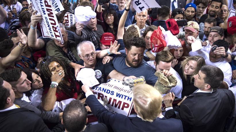 Wahlkampf in den USA: Donald Trump wird nach einer Kundgebung in Orlando von Anhängern bestürmt