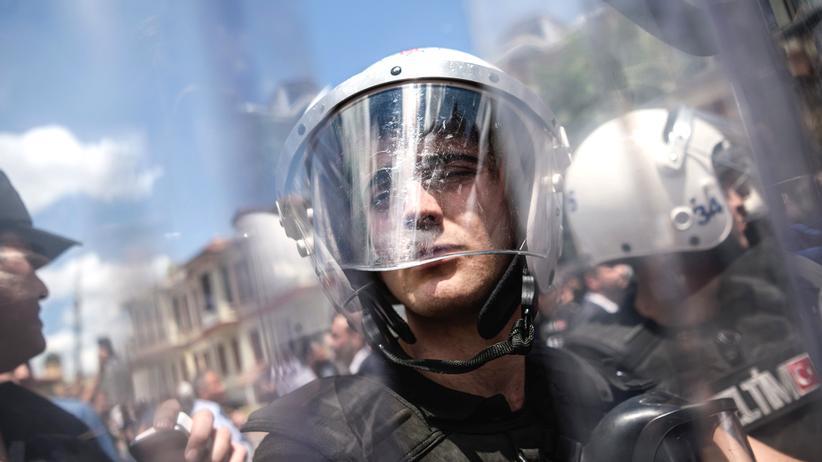 Ausnahmezustand in der Türkei: Türkische Sicherheitskräfte während einer oppositionellen Demonstration in Istanbul