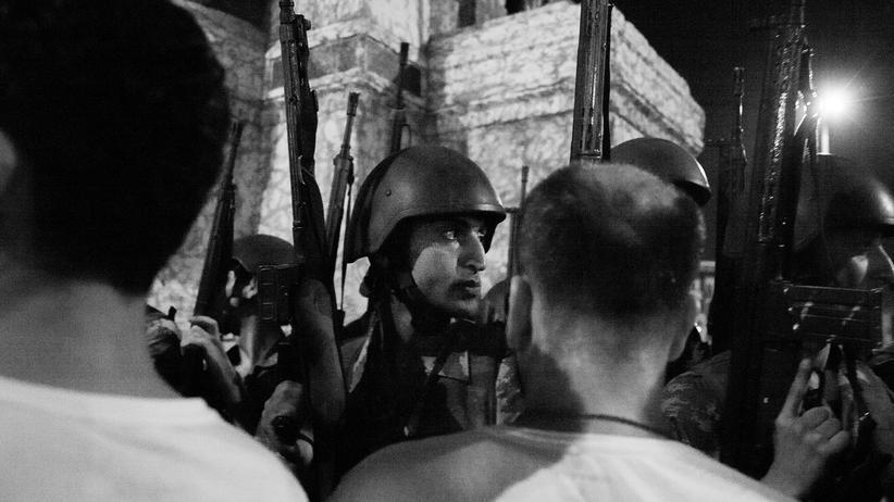 Türkei: Türkische Soldaten am Taskim-Platz in Istanbul stellen sich Demonstranten entgegen, die gegen den Putsch demonstrieren.