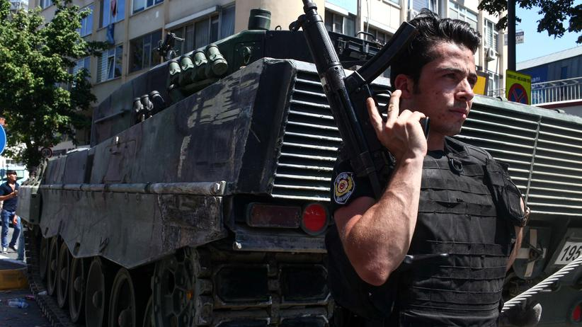 Türkei: Ein Polizist bewacht nach dem Putschversuch einen Panzer
