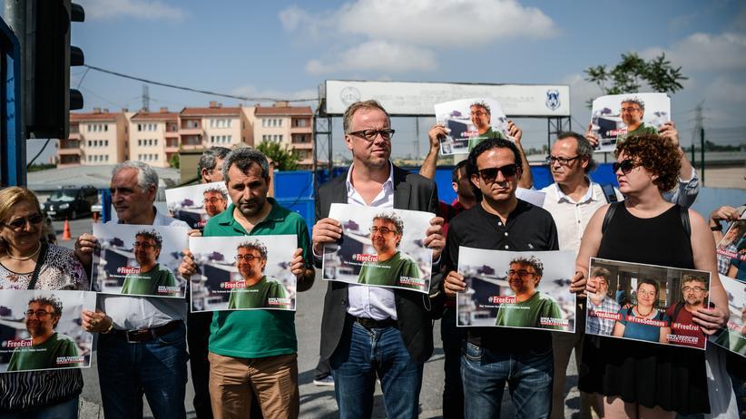 Putschversuch in der Türkei: Vertreter der Journalistenorganisation Reporter ohne Grenzen protestieren im Juni in Istanbul: Bereits vor dem Putschversuch waren türkische Ermittler gegen regierungskritische Journalisten vorgegangen.