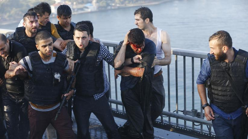 Türkisches Militär: Polizisten beschützen einen Soldaten vor aufgebrachten Zivilisten