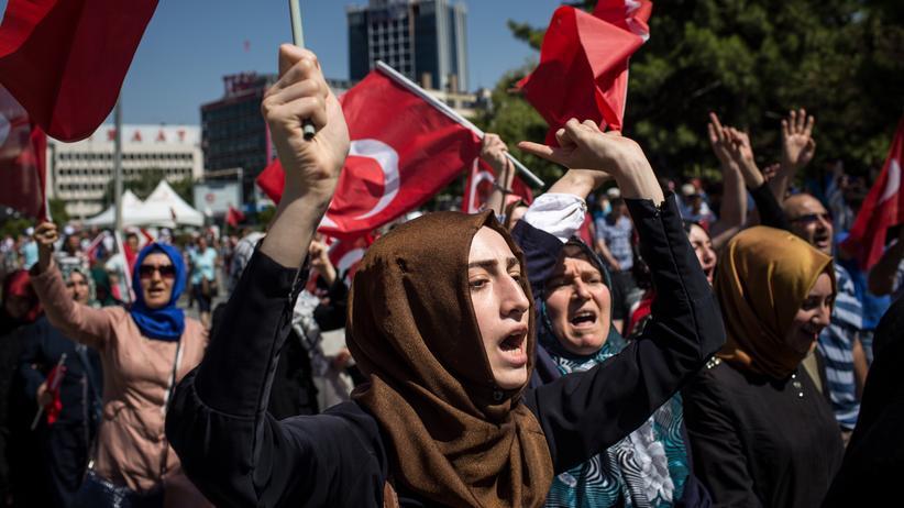 Unruhen in der Türkei: Am Tag nach dem versuchten Coup protestieren Menschen auf dem Kizilay-Platz in Ankara.