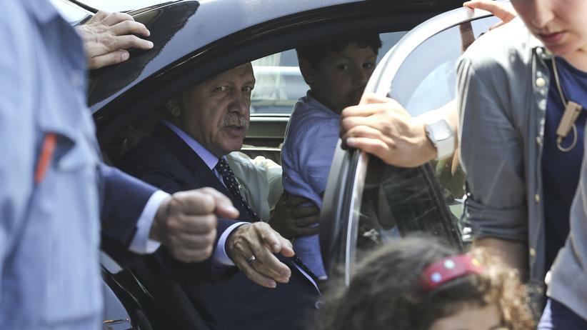 Unruhen in der Türkei: Erdoğan am Tag nach dem Putsch am Flughafen von Istanbul