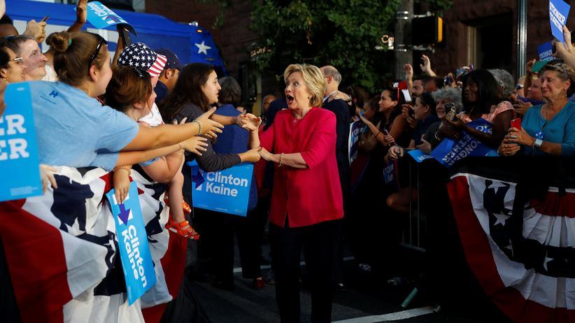 US-Wahl 2016: Kurz nach dem Parteitag: US-Präsidentschaftskandidatin Hillary Clinton begrüßt ihre Anhänger in Harrisburg, Pennsylvania.