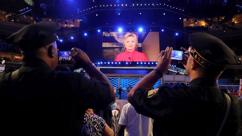 Parteitag: Noch zeigt sie sich nur auf dem Bildschirm: Clinton in ihrer Videobotschaft an die Delegierten in Philadelphia