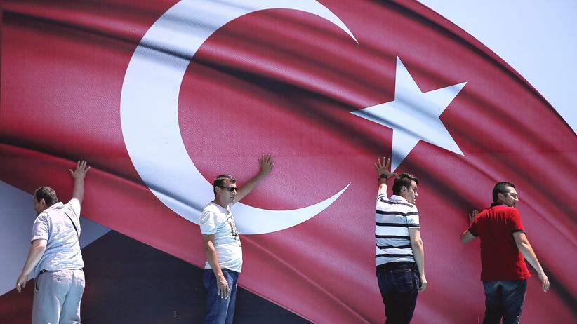 versuchter-putsch-tuerkei-erdogan-saeuberung-autokratie-flagge