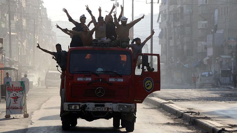 Syrien: In Aleppos zerbombten Straßen feiern Anhänger der Rebellen am 6. August den mutmaßlichen Durchbruch der Rebellen.
