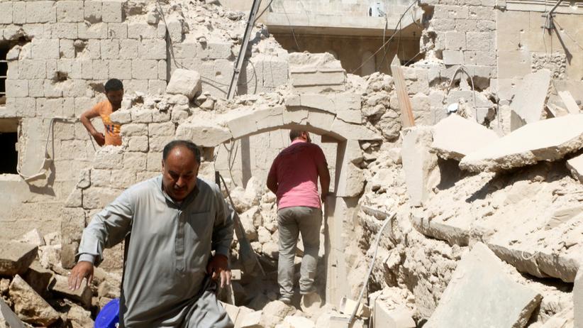 Bürgerkrieg in Syrien: Einwohner von Aleppo inspizieren ihre zerstörten Häuser.