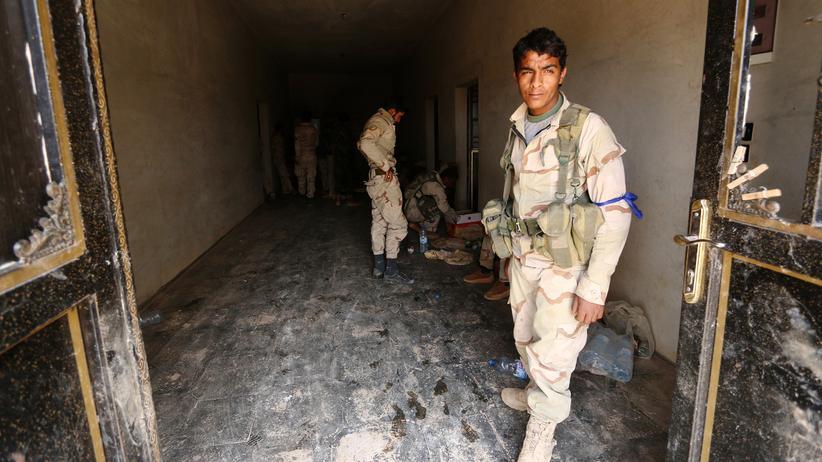 Bürgerkrieg in Syrien: Ein Soldat der auch von kurdischen Kämpfern unterstützte SDF in Manbidsch